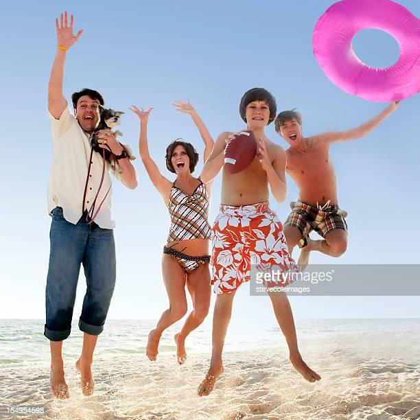 Famille de sauter sur la plage