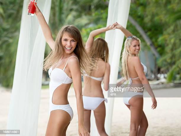 Fête sur la plage, de belles femmes s'amuser sur les vacances de printemps