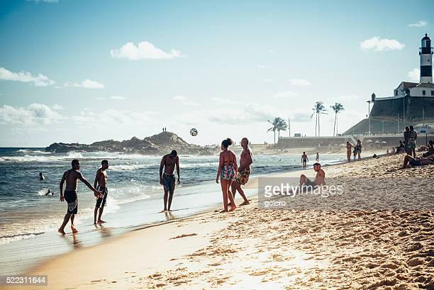 Giocatori di calcio sulla spiaggia di Barra Spiaggia in Salvador, in Brasile