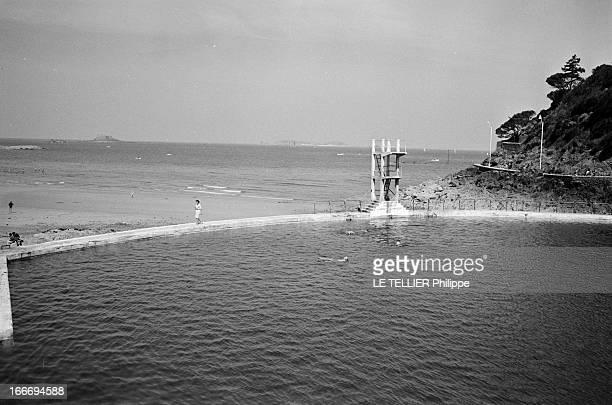 Beach Town Of Dinard En 1966 en France en Bretagne à DINARD une retenue d'eau de mer face à la plage de l'écluse qui permet de se baigner lorsque la...