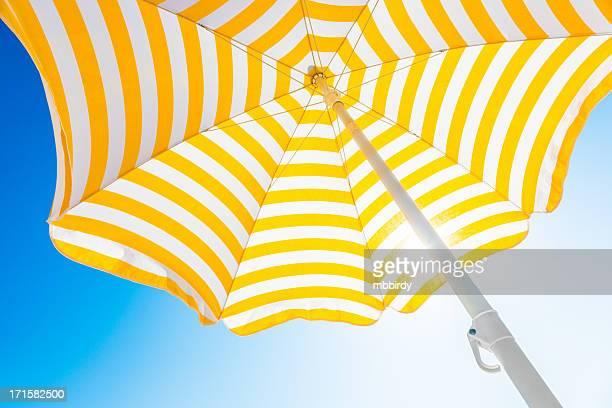 Sombrilla de playa contra el cielo azul por la mañana