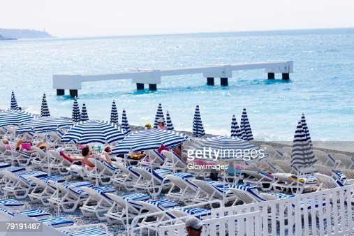 Beach umbrellas and lounge chairs on the beach, Nice, France : Foto de stock