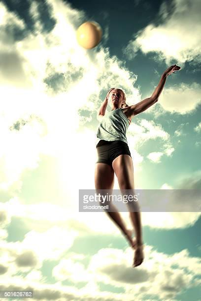 Beach-Volleyball-Ball schmettern Mädchen
