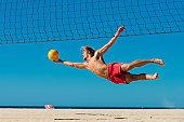 Voleibol en la playa-hombre salto