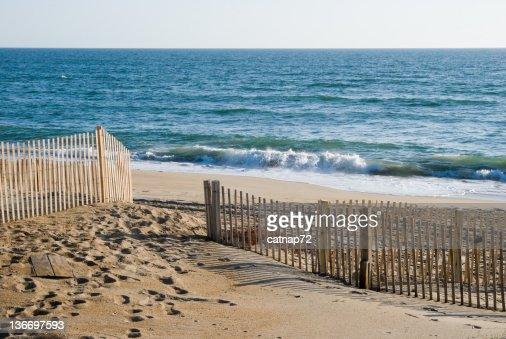 打ち寄せる波は、ビーチで朝の光