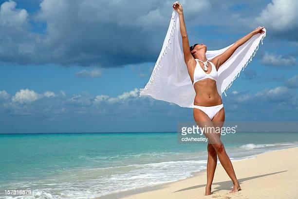 Danza Donna sulla spiaggia con sarong