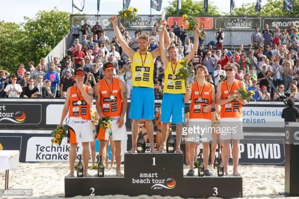 smart beach tour Muenster 2015 Siegerehrung vlnr zweitplatzierte Sebastian Fuchs und Thomas Kaczmarek erstplatzierte Alexander Walkenhorst und Stefan...