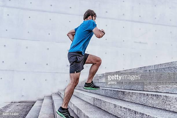 Barbu sportif athlétique monter les escaliers en pierre