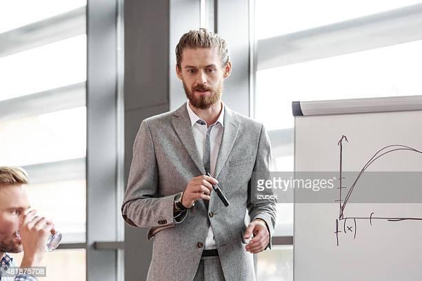 ヒゲの実業家プレゼンテーションギブ