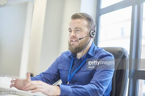 Bärtiger Kundenservice-Mitarbeiter