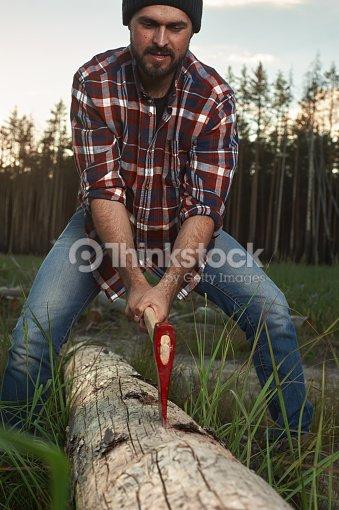 Barbudo con sombrero y camisa de leñador árbol de corte   Foto de stock b0cb8bcac3a
