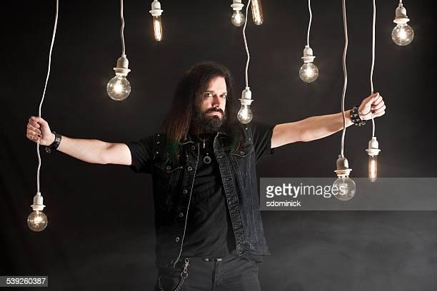 Homme barbu avec des ampoules posant suspension