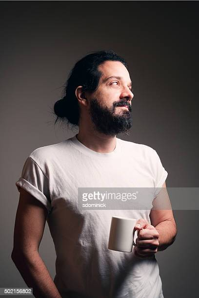 Bärtiger Mann mit Tasse Kaffee