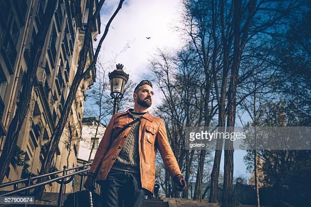 Bärtiger Mann mit Koffer geht Montmartre Treppe in Paris