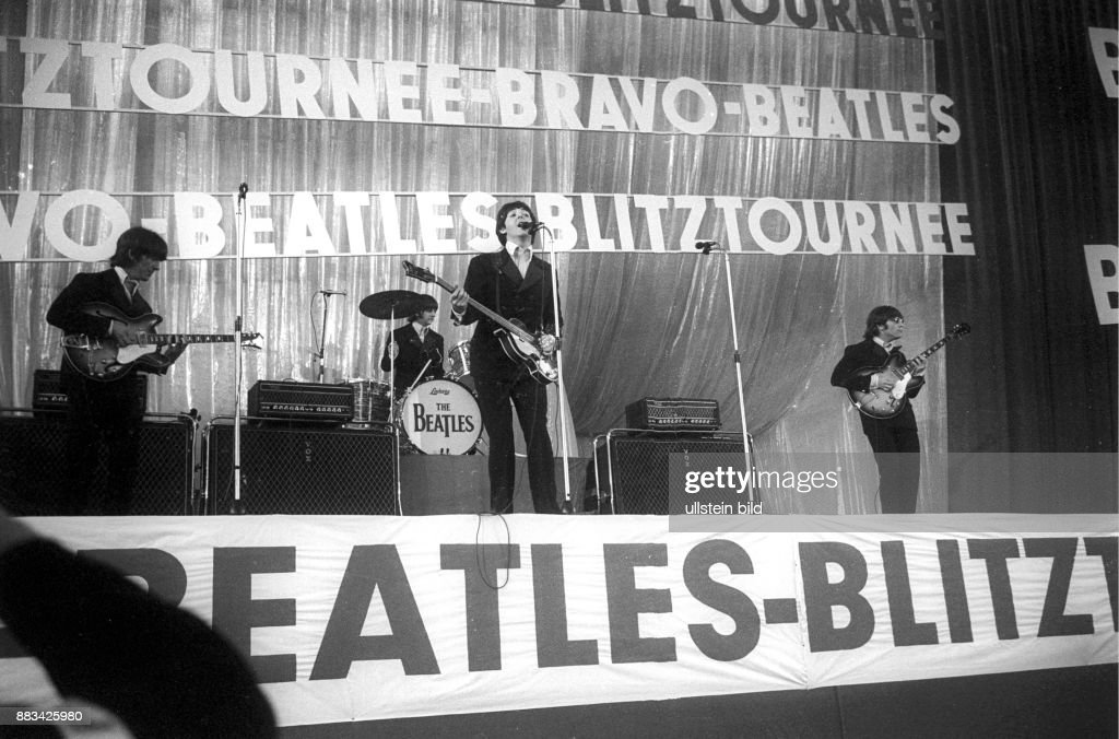 Beatles; Musikgruppe; Grossbritannien, Konzert in der Hamburger Ernst-Merck-Halle zur Bravo-Beatles-Blitz-Tournee v.l.: Gitarrist George Harrison, Schlagzeuger Ringo Starr, Bassist Paul McCartney, Gitarrist John Lennon