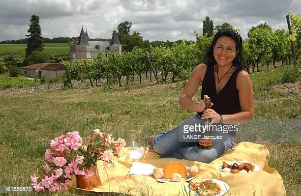 Beatrice Cointreau Wine Maker In Segonzac In Charente Béatrice COINTREAU propriétaire des domaines Gosset et Frapin plan de face souriante la jeune...