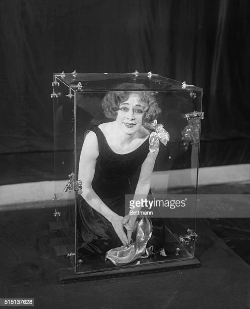 beatrice houdini demonstrating an illusion