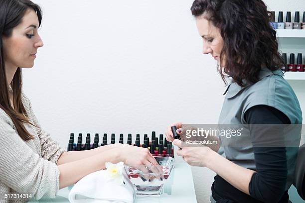美容師 ニスを塗る ネイル、美容院、ヨーロッパ