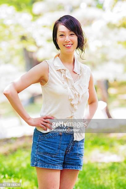 美しいアクティブでヘルシーなマチュア日本女性が公園のポートレート