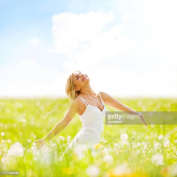 Schöne Erwachsene blonde stehend an sonnigen Feld Sie sich selbst.
