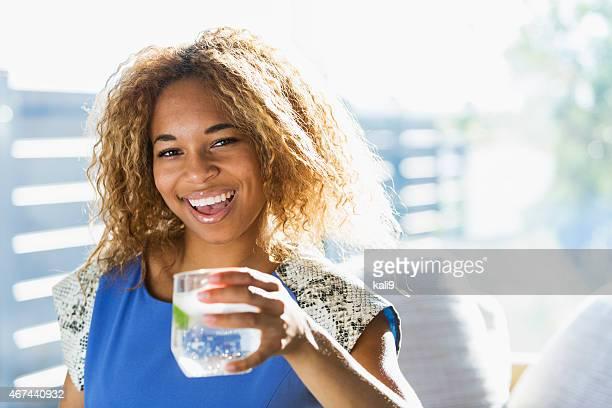 Bela adolescente afro-americana Menina água potável