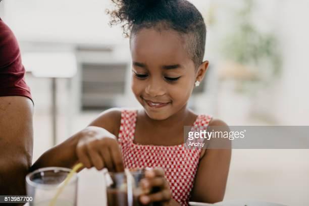 Schöne afrikanische Mädchen essen