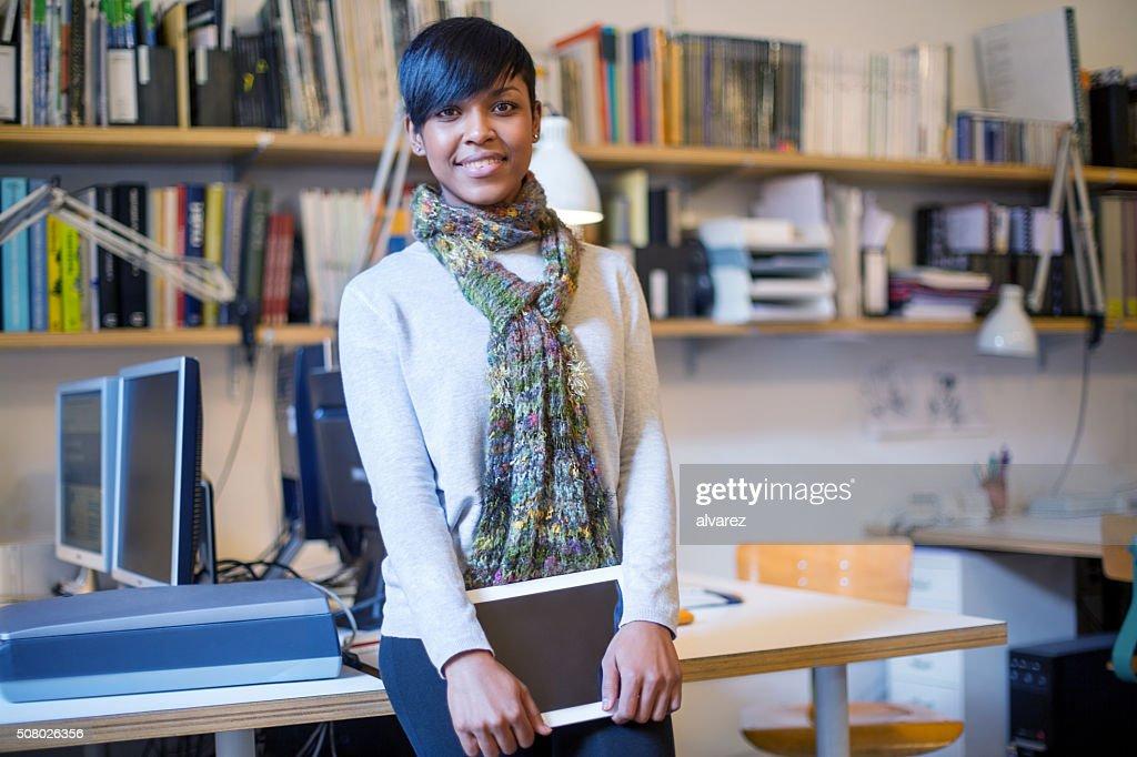 Schöne afrikanische Frau mit Digitaltablett beim Start ausführen : Stock-Foto