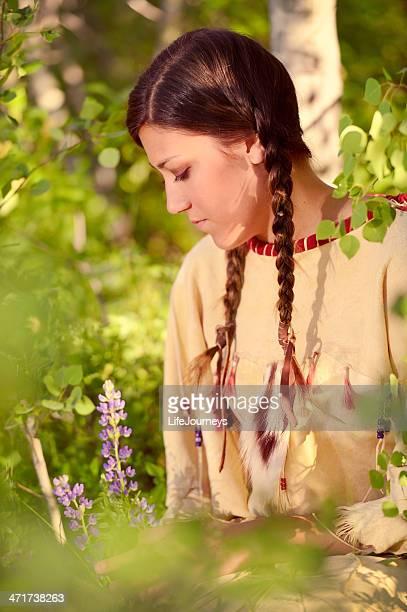 美しいアメリカンインディアンの伝統的なお肌のドレスのポートレート・
