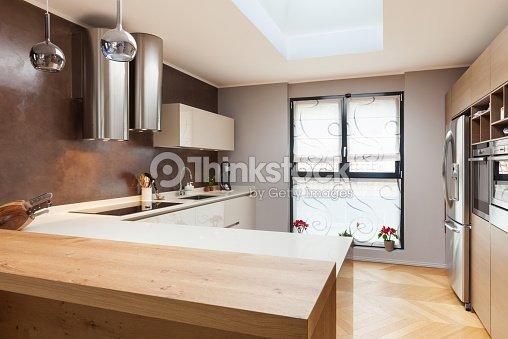Hermoso Apartamento Con Mesa Y Sillas Cocina Foto de stock | Thinkstock