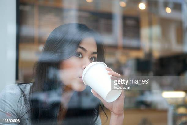 Belle femme asiatique, boire de tasse de café