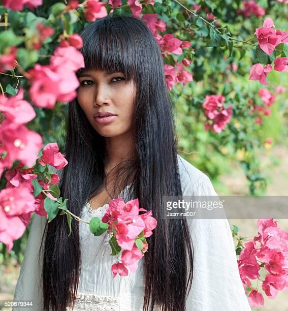 Belle femme asiatique dans une robe longue blanche