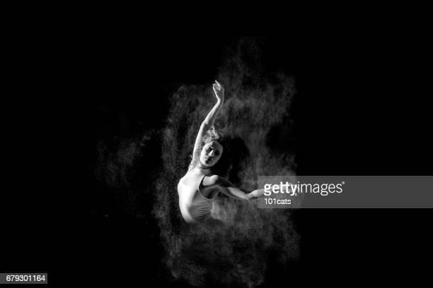 Prachtige ballerina portret van dansen dansen met poeder op het podium
