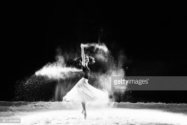 Belle danseuse, danse avec de la poudre sur scène