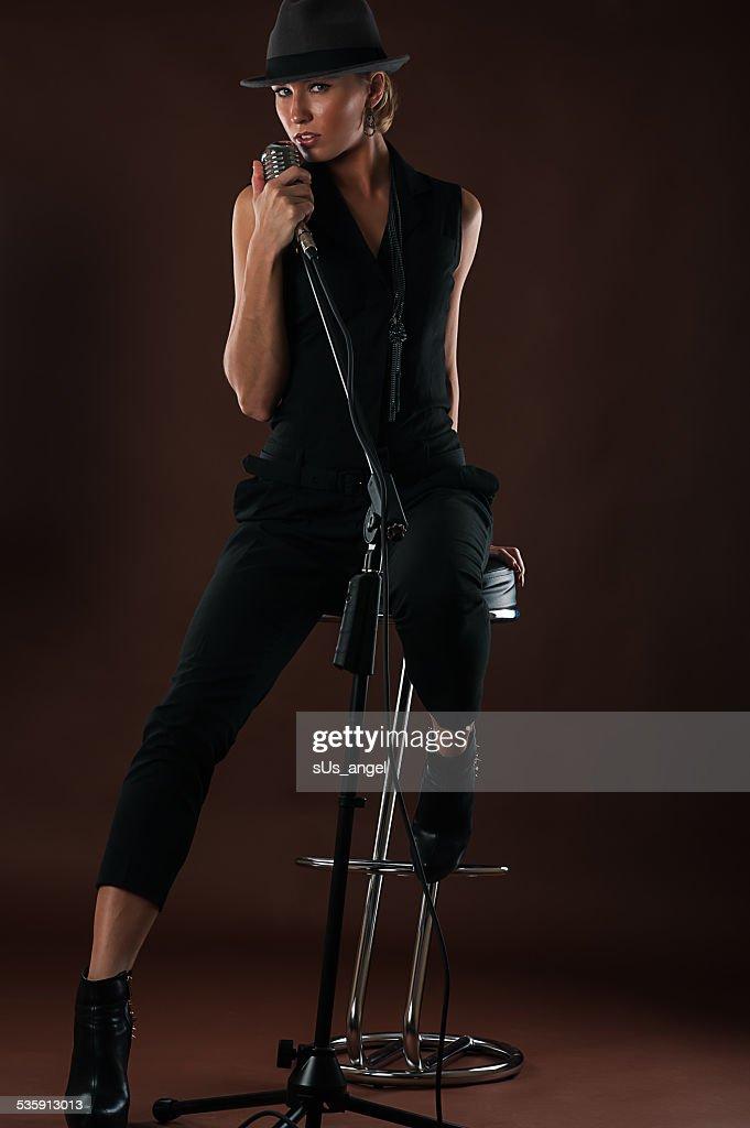 Bela loiro mulher com um microfone : Foto de stock