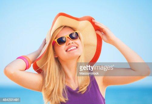 Hermosa chica rubia en la playa. : Foto de stock