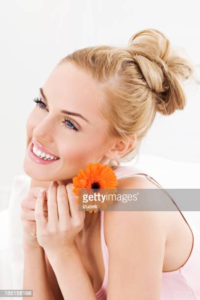 Wunderschöne Blond mit Blume