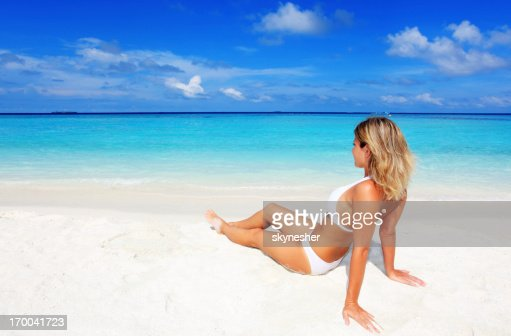 sch ne blonde frau die auf den strand stock foto getty. Black Bedroom Furniture Sets. Home Design Ideas