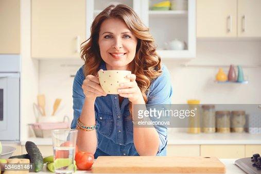 Bella bionda donna nella cucina moderna