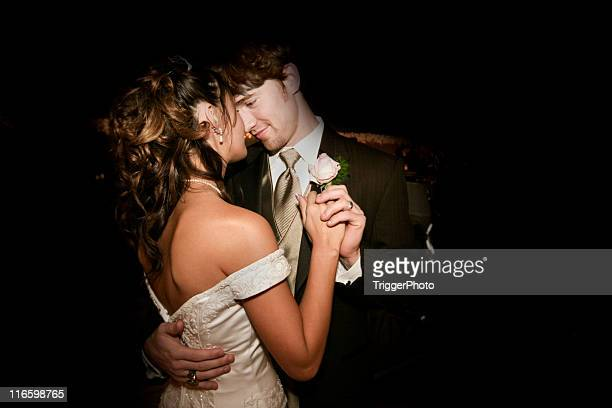 Schöne Braut und Bräutigam Tanzen