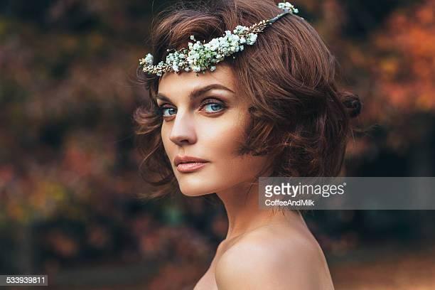 Belle mariée sur un fond de Forêt d'automne