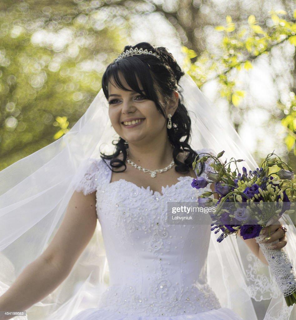 Beautiful bride posing in her wedding day : Stock Photo