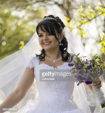 Hermosa novia posando en su día de bodas : Foto de stock