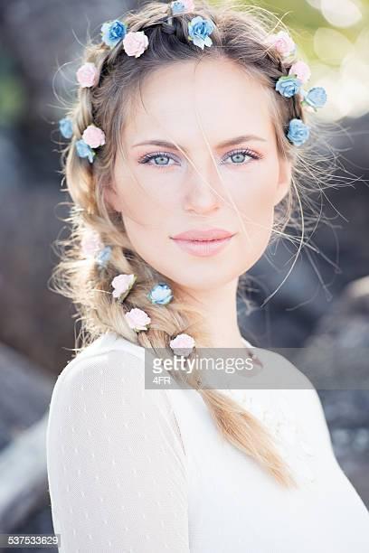 Hermosa novia con flores en el pelo