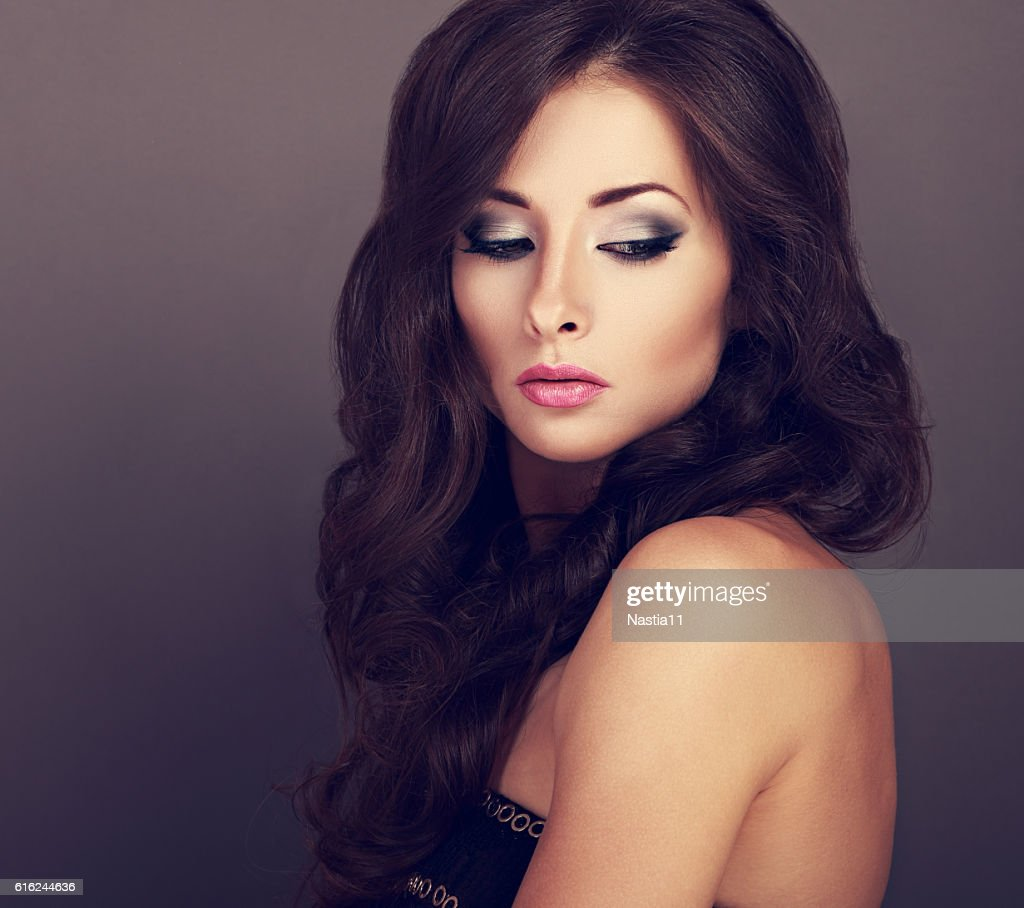 Beautiful bright makeup woman with curly long hair style : Foto de stock