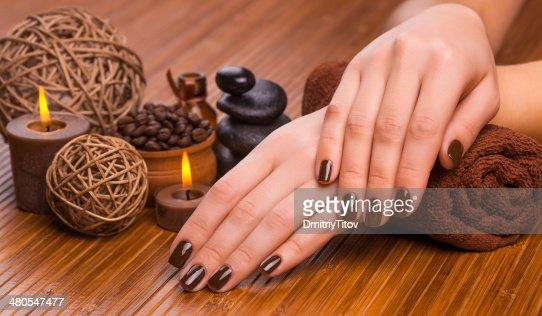 Bela brown manicure em um fundo de Bambu : Foto de stock