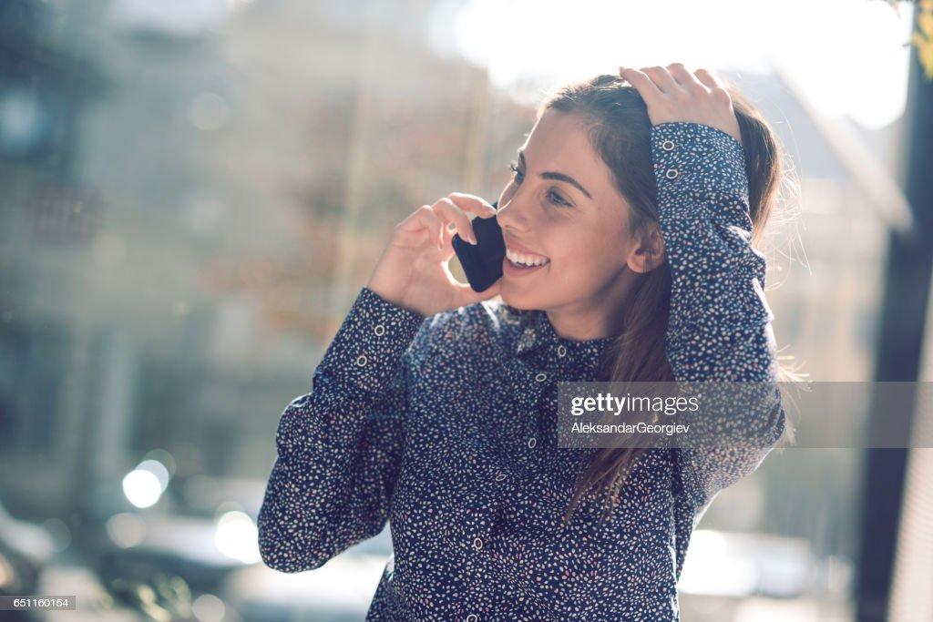 Belle femme brune parler au téléphone et en riant : Photo