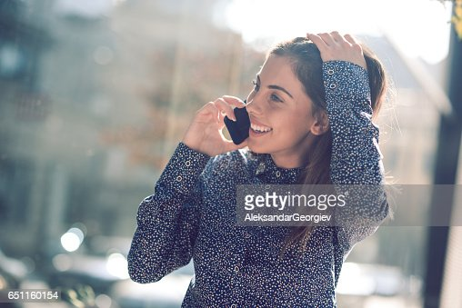 Beautiful Brunette Businesswoman Talking on the Phone and Laughing : Stock-Foto