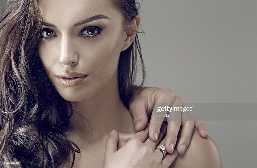 美しいブルネットの女性が着用するリング : ストックフォト