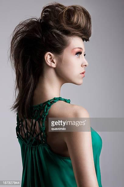 Modèle belle Brunette Fashion avec une grande coiffure, profil