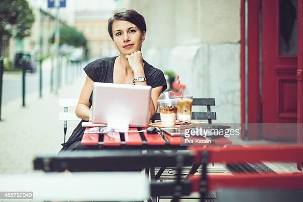 Bella donna d'affari avendo la colazione in un coffee shop